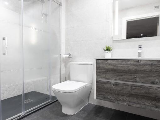 Un baño luminoso y con texturas